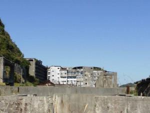 屋根が大破した端島小中学校