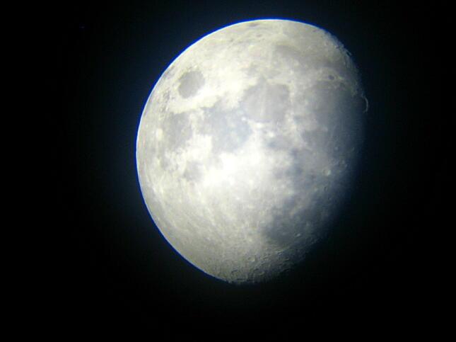 梅雨の晴れ間の月